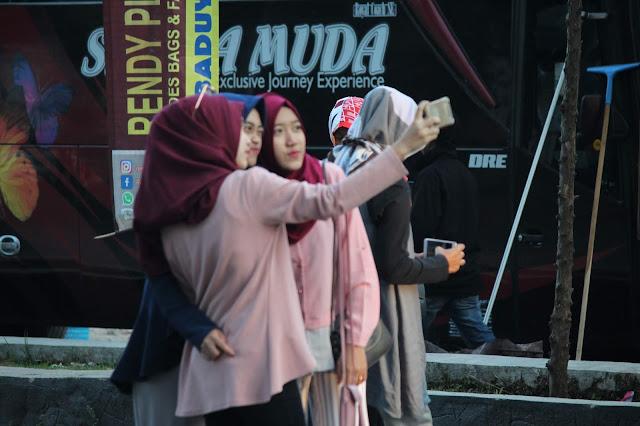 Jadi Baru Kebumen 2018 Tour To Bandung, Best Momen- foto dulu di depan rumah makan eMTe highland resotr kawah putih bandung