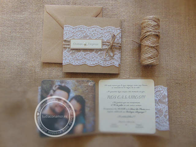 Una invitación de estilo rústico personalizada y hecha a medida con fotografía
