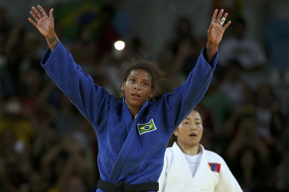 A judoca brasileira Rafaela Silva vence Dorjsürengiin Sumiya, da Mongólia, e conquista a primeira medalha de ouro do Brasil nos Jogos Rio 2016. Foto: Reuters/Toru Hanai/Direitos Reservados