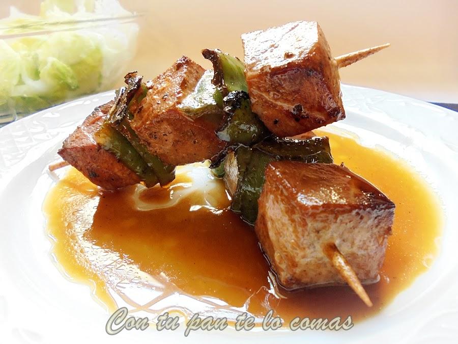 Brochetas de atún marinado con salsa de naranja