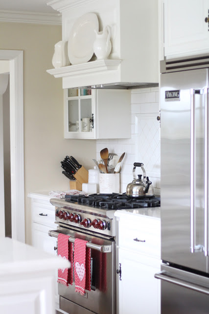 white-kitchen-valentines-day-decor