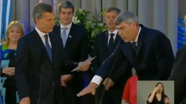 Ricardo Buryaile juramenta como ministro de Agroindustria del Gobierno argentino, ante el presidente Mauricio Macri (izq.)