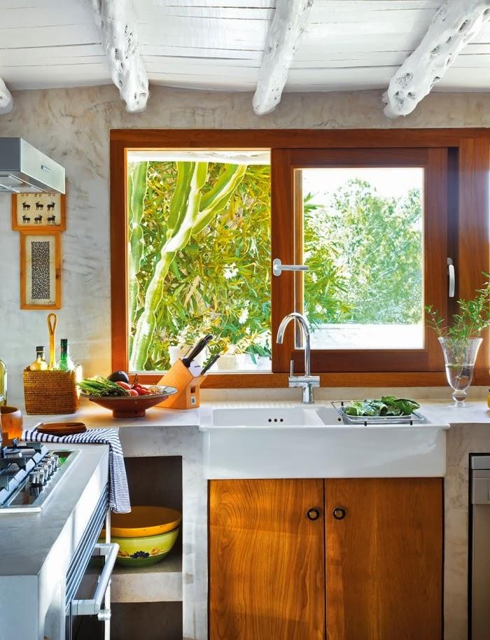 Biało-niebieska posiadłość na Ibizie, wystrój wnętrz, wnętrza, urządzanie domu, dekoracje wnętrz, aranżacja wnętrz, inspiracje wnętrz,interior design , dom i wnętrze, aranżacja mieszkania, modne wnętrza, białe wnętrza, niebieskie dodatki, kuchnia