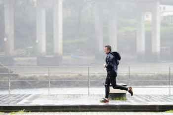 Bahaya Olahraga Saat Hujan