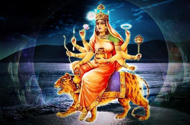 पवित्र और शुद्ध मन से :- नवरात्रि (2018) के चतुर्थ दिन मां कुष्मांडा की आराधना कर भक्त गण अपनी आंतरिक प्राणशक्ति को ऊर्जावान बनाते हैं। कूष्मांडा का अभिप्राय कद्दू से है। एक पूर्ण कलाकार व्रत की भांति मानव शरीर में स्थित प्राणशक्ति दिन रात सभी जीव जंतुओं का कल्याण करती है। बुद्धिमता और शक्ति की वृद्धि करती है।