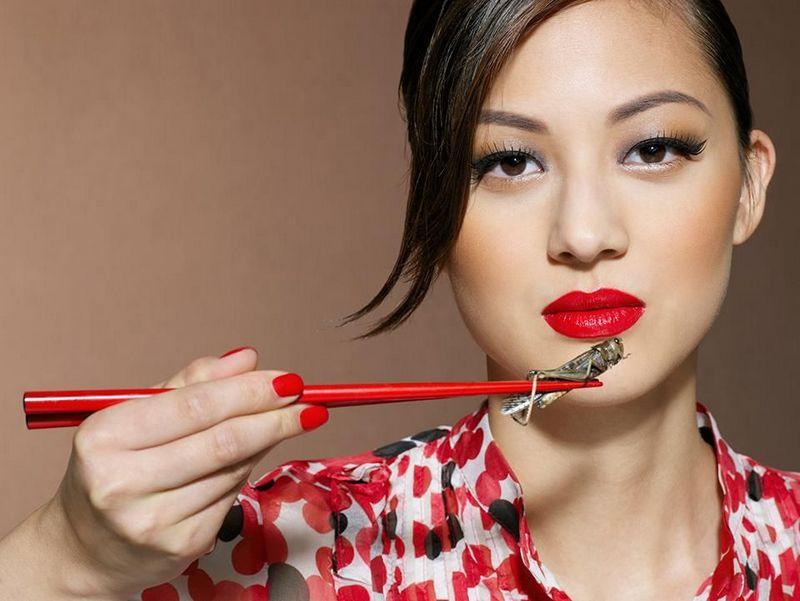 Wanita makan serangga (detik.com)