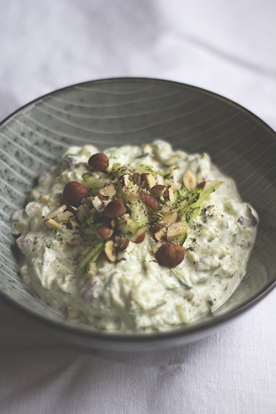 Zucchini-Joghurt mit Haselnüssen