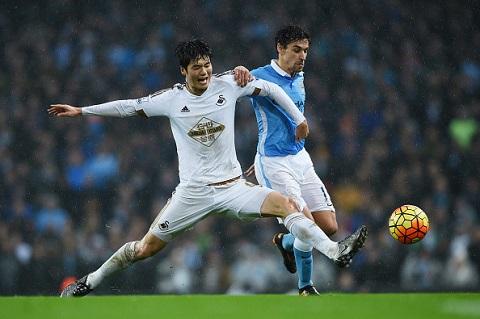 Tiền vệ trung tâm Ki Sung-yueng