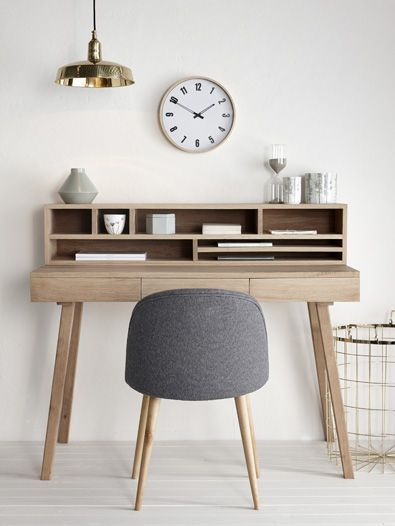 Zegar ścienny nad biurkiem