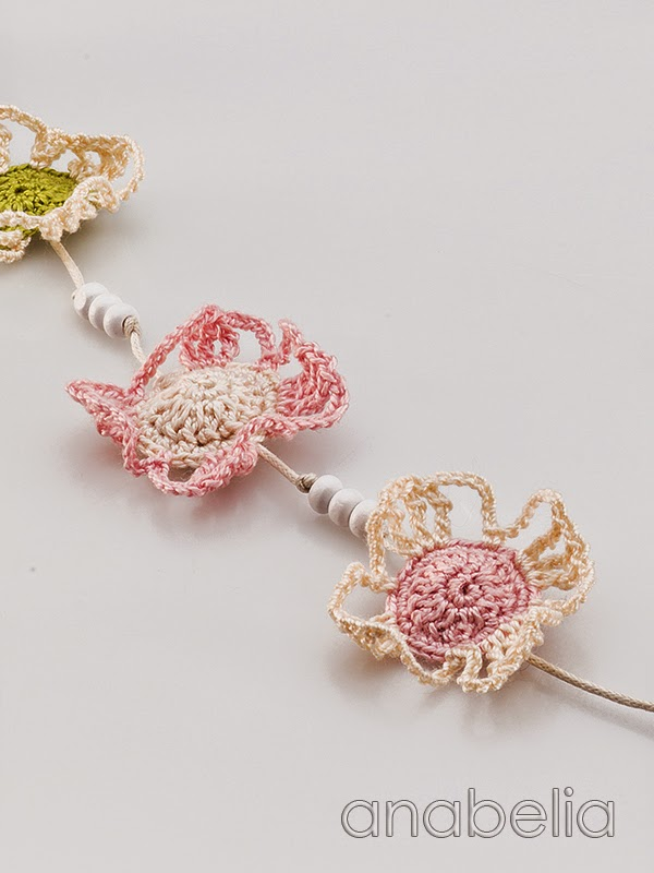 Crochet-soft-colors-flowers-necklace- Anabelia