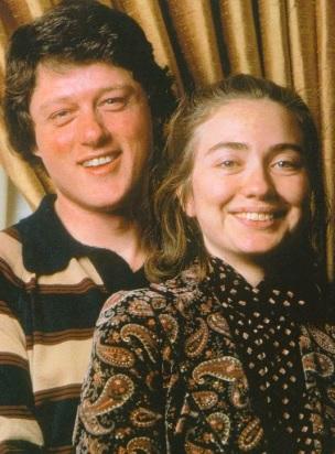 Foto de Bill Clinton posando con Hillary Clinton cuando eran jóvenes
