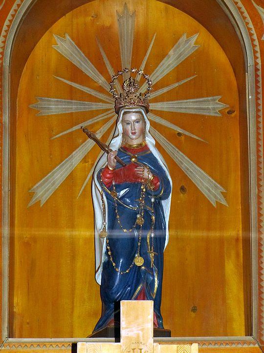 Figurka Matki Bożej Królowej Tatr w ołtarzu kaplicy.