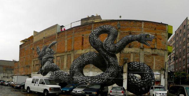Mural en edificio vibora gigante
