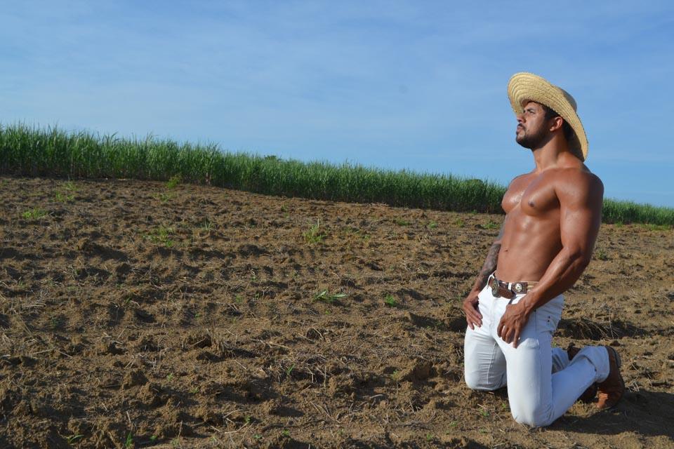 Bruno Freitas mostra o corpo sarado em fazenda. Foto: Sidney Boock