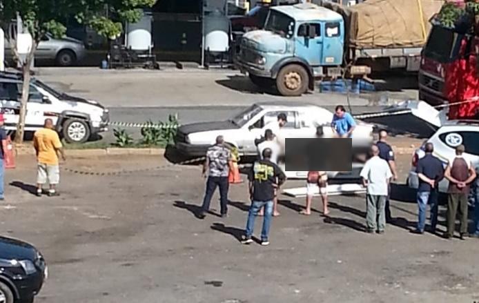 Homem é encontrado morto dentro de veículo em Itapira (SP)