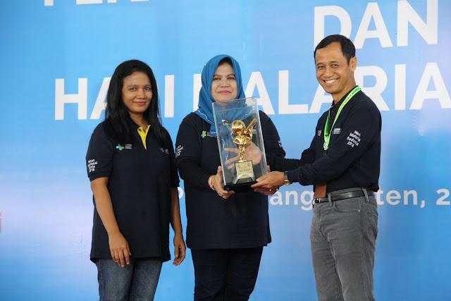 Penyerahan piala bergilir lomba mikroskopis tingkat nasional oleh Direktur Jenderal P2P dr. Anung Sugihantono, M.Kes kepada juara dalam rangka Hari Malaria Sedunia pada tanggal 30 April 2018 di Pandeglang