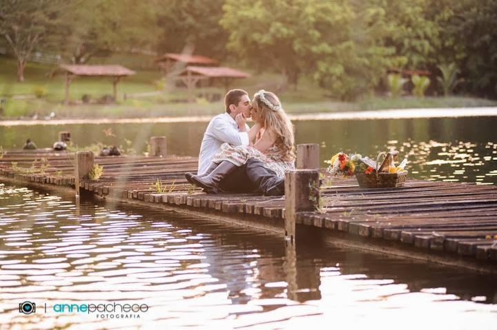 e-session - ensaio de noivos - ensaio - coroa de flores - piquenique - beijo - lagoa