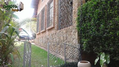 Revestimento com pedra tipo chapas de pedra moledo em base da casa com as paredes de tijolo a vista em casa em condomínio em Atibaia-SP.