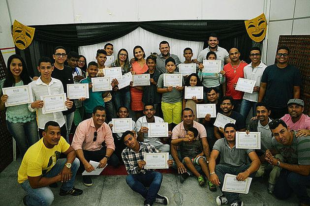 Prefeitura de Delmiro Gouveia entrega 40 certificados para jovens atores