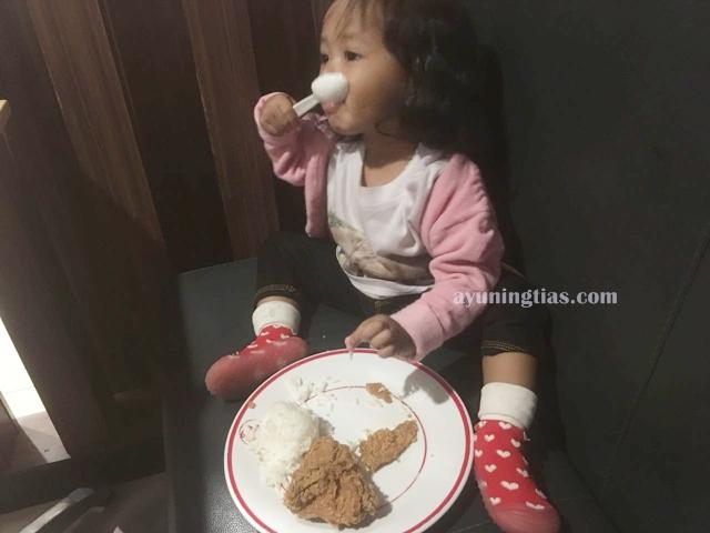 Izza bisa makan sendiri