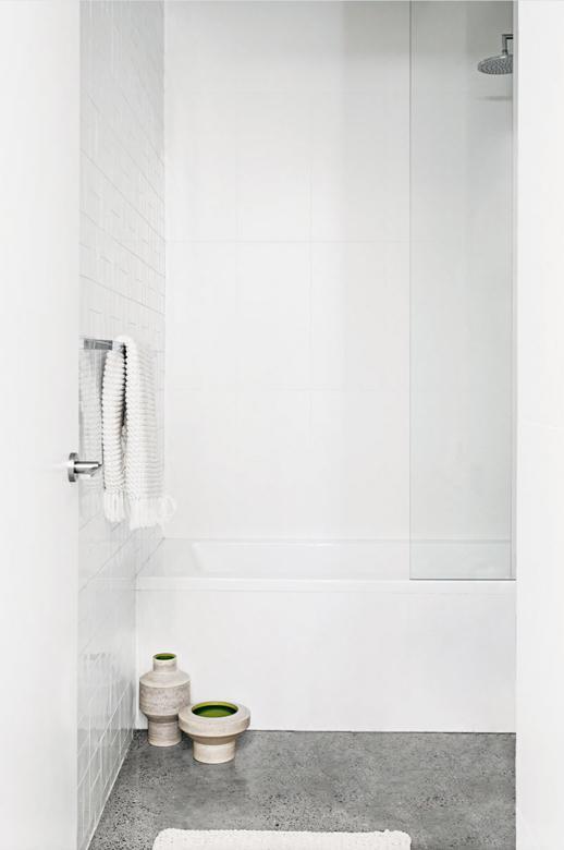 baño blanco con suelo de microcemento de inspiración industrial chicanddeco