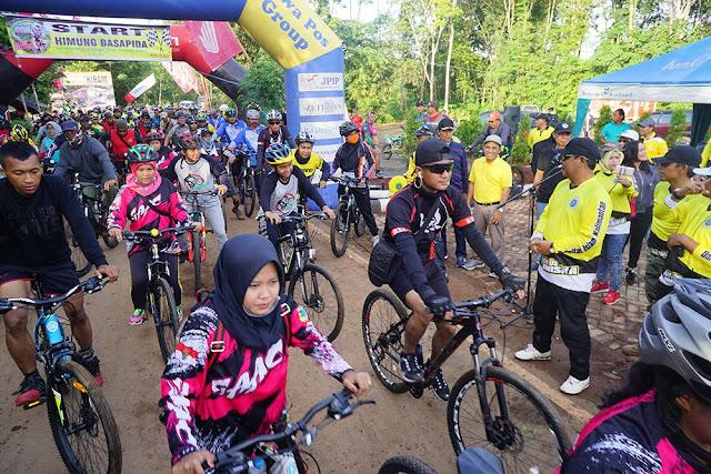 Bersepeda Sambil Menikmati Keindahan Alam Kiram-Gunung Mawar