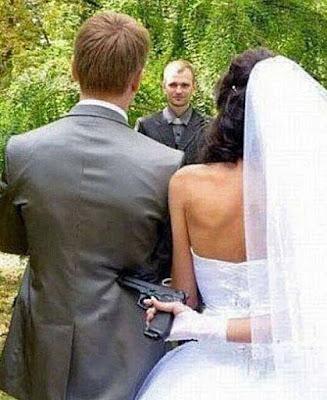 Brautpaar bei Hochzeits Trauung - Bräutigam mit Waffe zur Heirat gezwungen