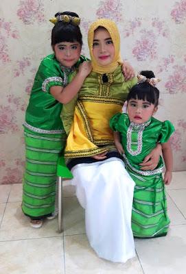 Gambar Pakaian adat ibu dan anak Sulawesi Tenggara