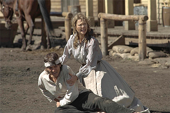 Annette Bening y Diego Luna en Open Range