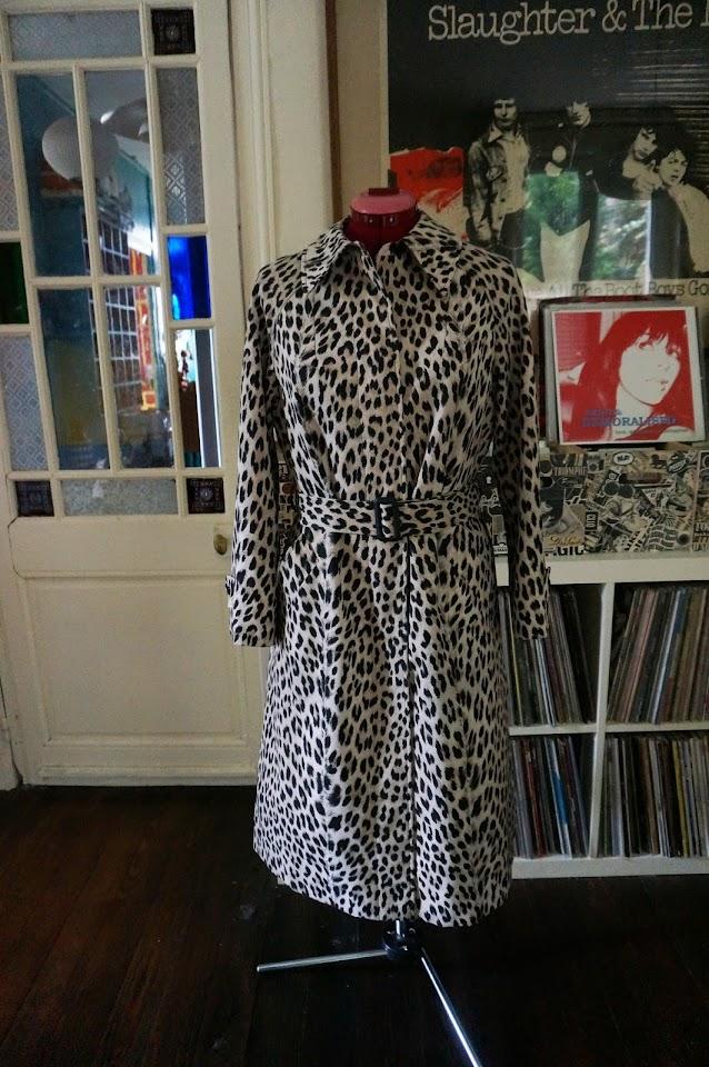 imperméable Blizzand léopard   qui finira bientôt sur Etsy  vintage 60s leopard raincoat