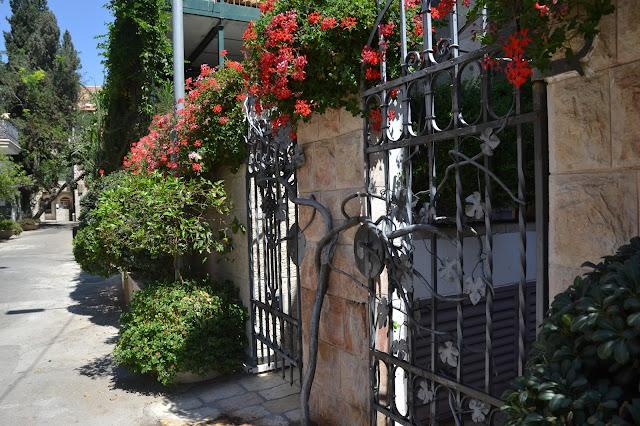 שער מקושט ופורח בשכונה בירושלים