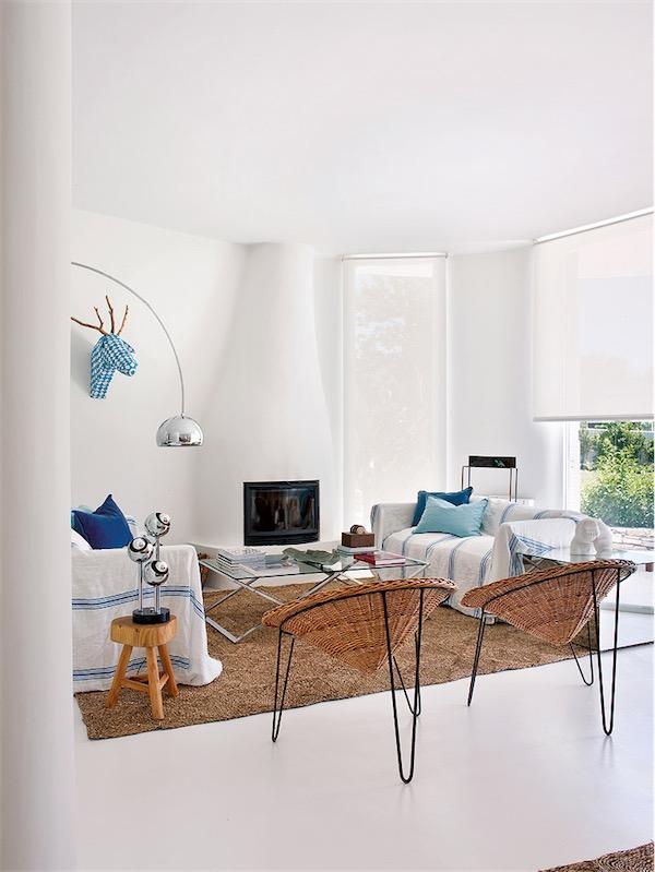 Casa con un interior de puro verano salpicado de tonos turquesas ubicada en Ibiza chicanddeco