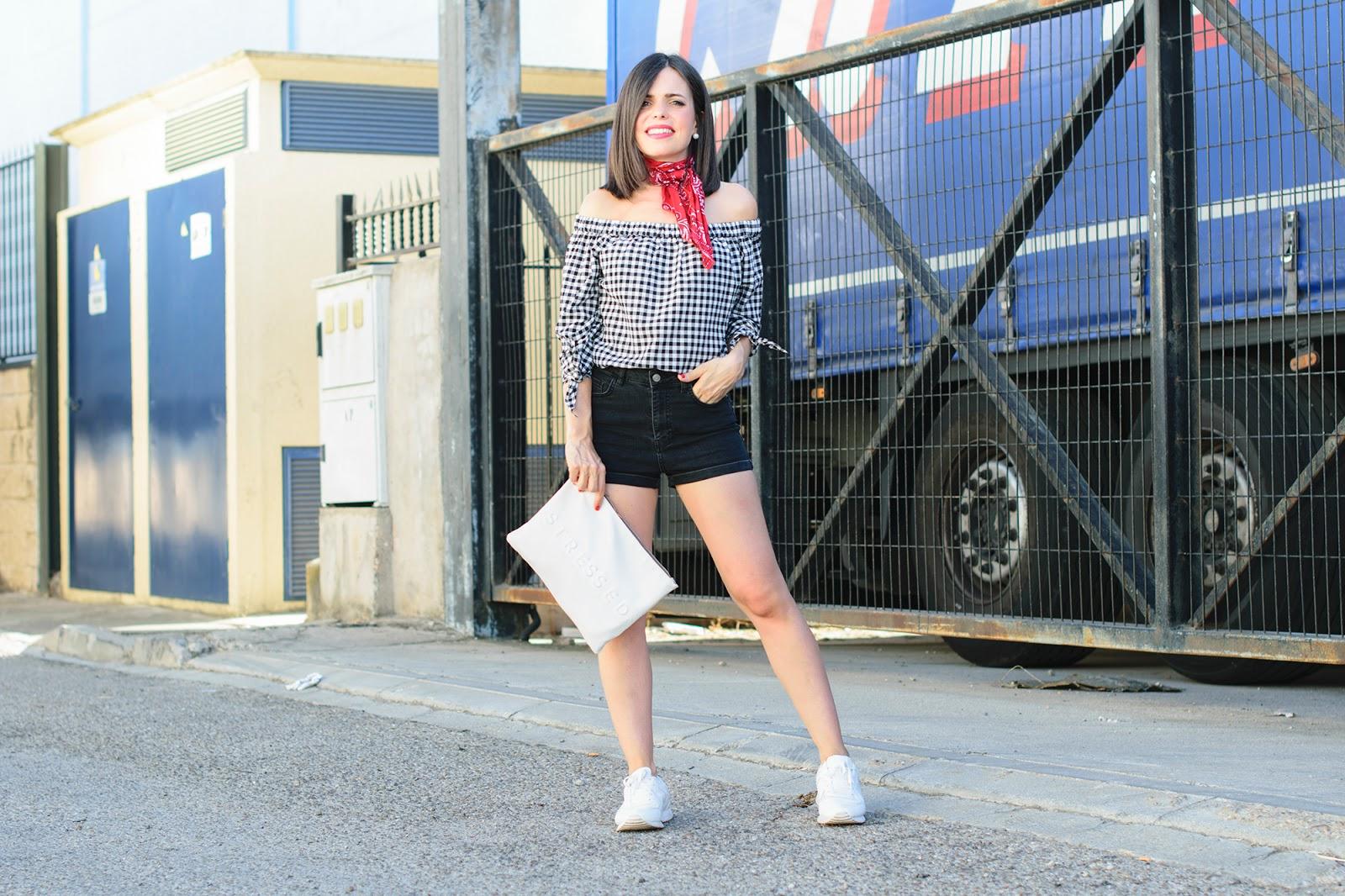 Look con bandana y shorts de cintura alta de Pull & Bear