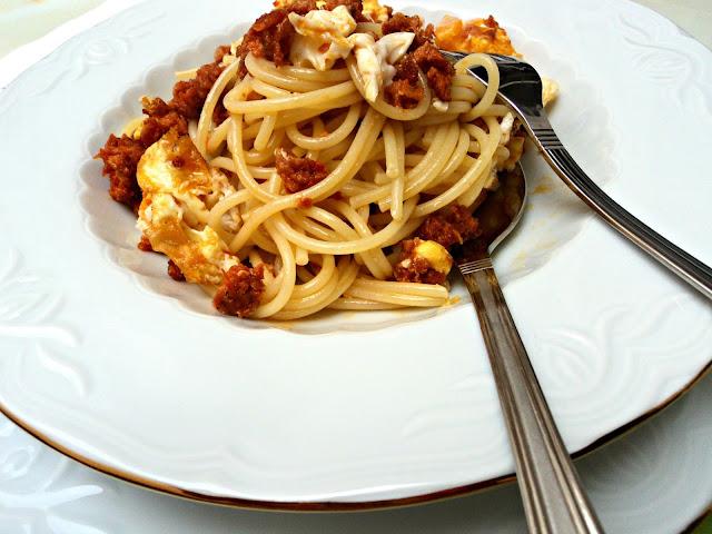 spaguettis-huevo-chorizo-cerca