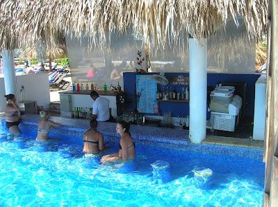 Bar húmedo Hotel Sirenis Punta Cana, vuelta al mundo, round the world, mundoporlibre.com