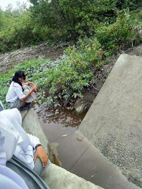 Seorang siswimelompati jembatan yang ambruk di Kelurahan Tanjung Leidong, Kecamatan Kualuh Leidong, Labura untuk pergi ke sekolah.