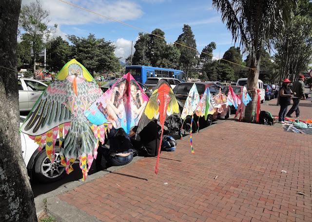 シモン・ボリバル公園近くのデザイン凧たち
