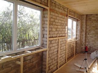 Основной принцип отделки дома блок хаусом, если не считать небольших нюансов, ничем не отличается от монтажа деревянной вагонки, поэтому его можно выполнить своими руками. Главное, подобрать панели в зависимости от того, где будет проводиться установка: внутри или снаружи дома. При оформлении интерьеров традиционно используются узкие и тонкие доски, а снаружи фасад можно обшить мощным и широким блок хаусом. И внутри, и снаружи доски собираются по одному и тому же принципу. Однако наружная отделка блокхаусом более сложная, поэтому остановимся на ее подробном рассмотрении. Если выполнять работу поэтапно и следовать инструкции, процесс монтажа окажется достаточно простым, чтобы выполнить его своими руками. Облицовка наружных стен блок хаусом проводится в несколько этапов: