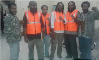 (Fhoto,Keempat tahanan Politik KNPB , Sekretaris PRD (kiri) dan Anggota KNPB (kanan Ujung /WN)