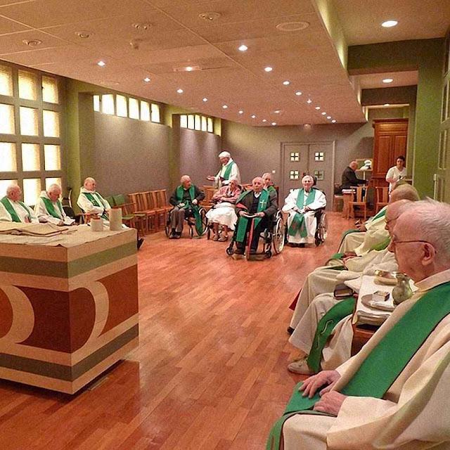 Num ambiente de 'Igreja jovem' sacerdotes idosos veem se extinguir o sonho de uma Igreja dessacralizada e igualitária.