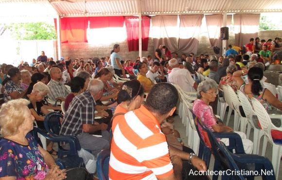 Cristianos cubanos en iglesia