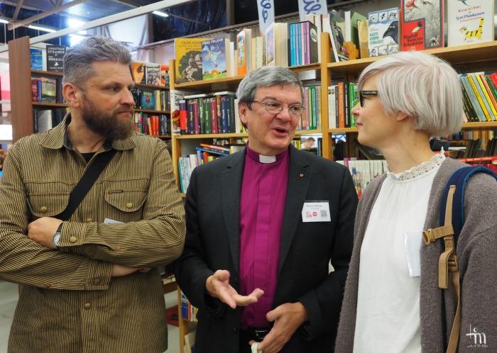 Jaakko Heinimäki, piispa Kaarlo Kalliala ja Kaisa Karimäki Turun Kirjamessuilla 2016