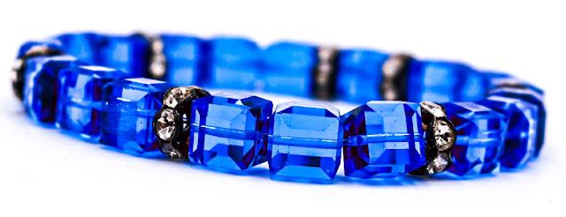 Très beau bracelet en cristal et strass, d'un superbe bleu, proposé à 13 €.