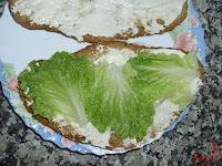 Croissant cubierto de mayonesa y lechuga