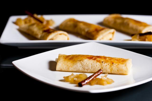 Crepes rellenos de crema y manzana caramelizada