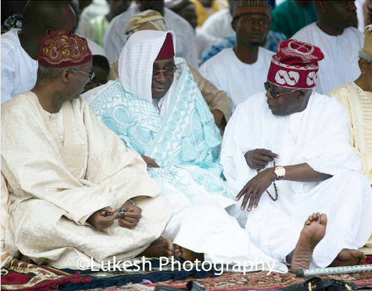 Fashola and Tinubu holding Eid Prayers with Oba of Lagos.