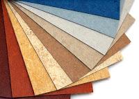 Çeşitli renk ve desenlerde linolyum yer kaplaması örneklerinin olduğunu bir ürün yelpazesi