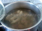 Ciorba de gaina preparare reteta - punem la fiert carnea transata