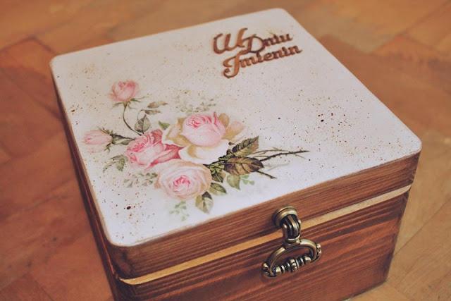 pudełko z ciekawym uchwytem, różami i tekturką
