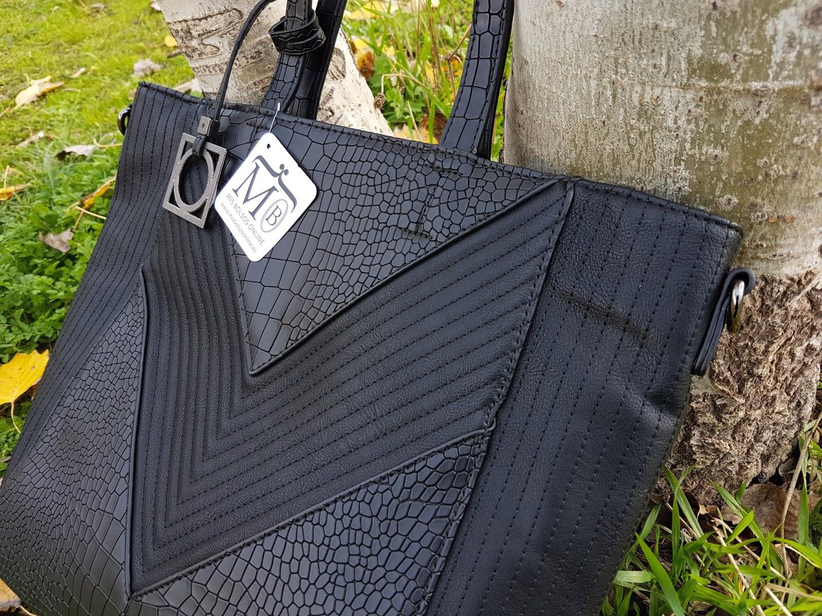 957a31b30b6 Y algo que me ha gustado un montón es que tienen el mismo modelo de bolso  en un montón de colores. Como veis en las fotos lo elegí negro